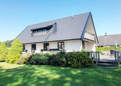Gammalt hus med ny målat tak
